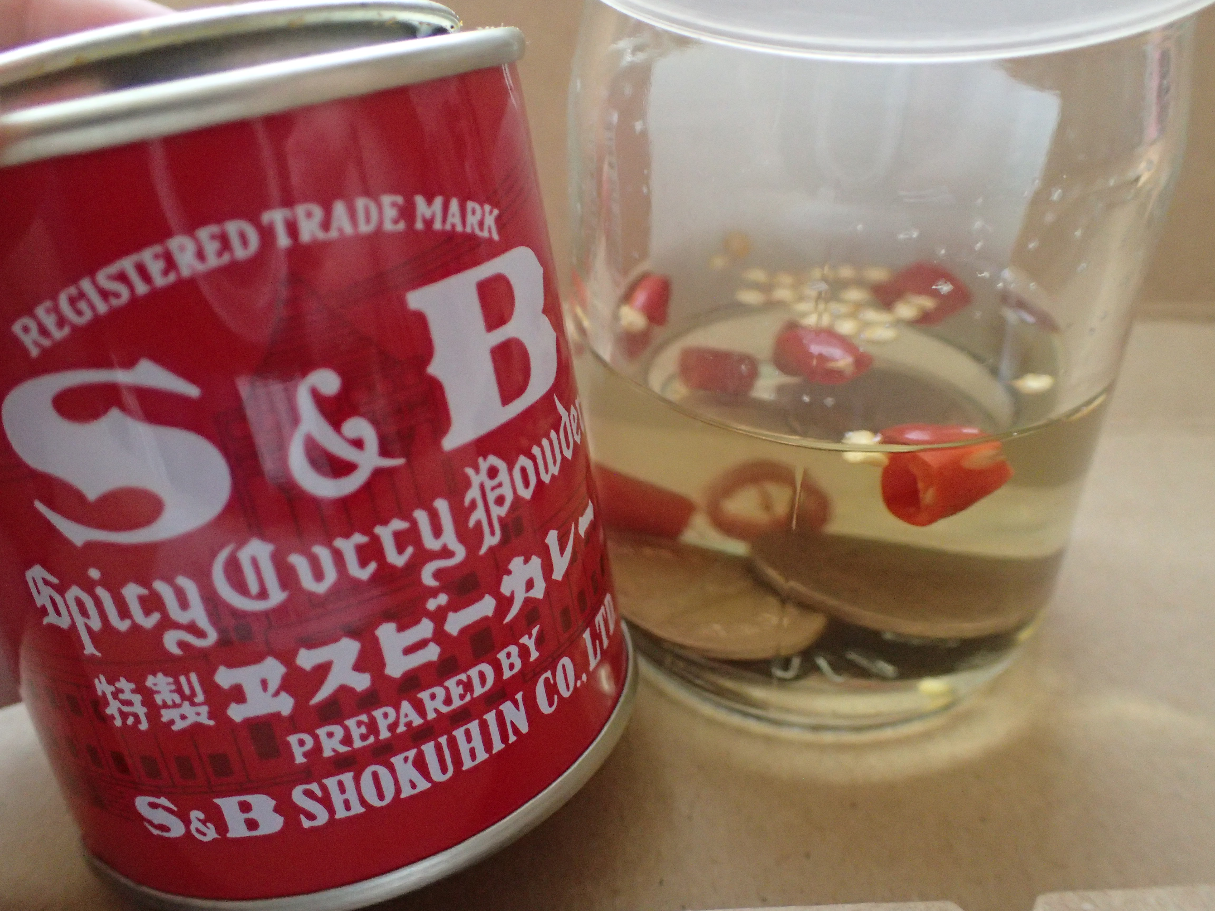 10円銅貨・唐辛子を投入した容器にカレー粉の投入を試みる
