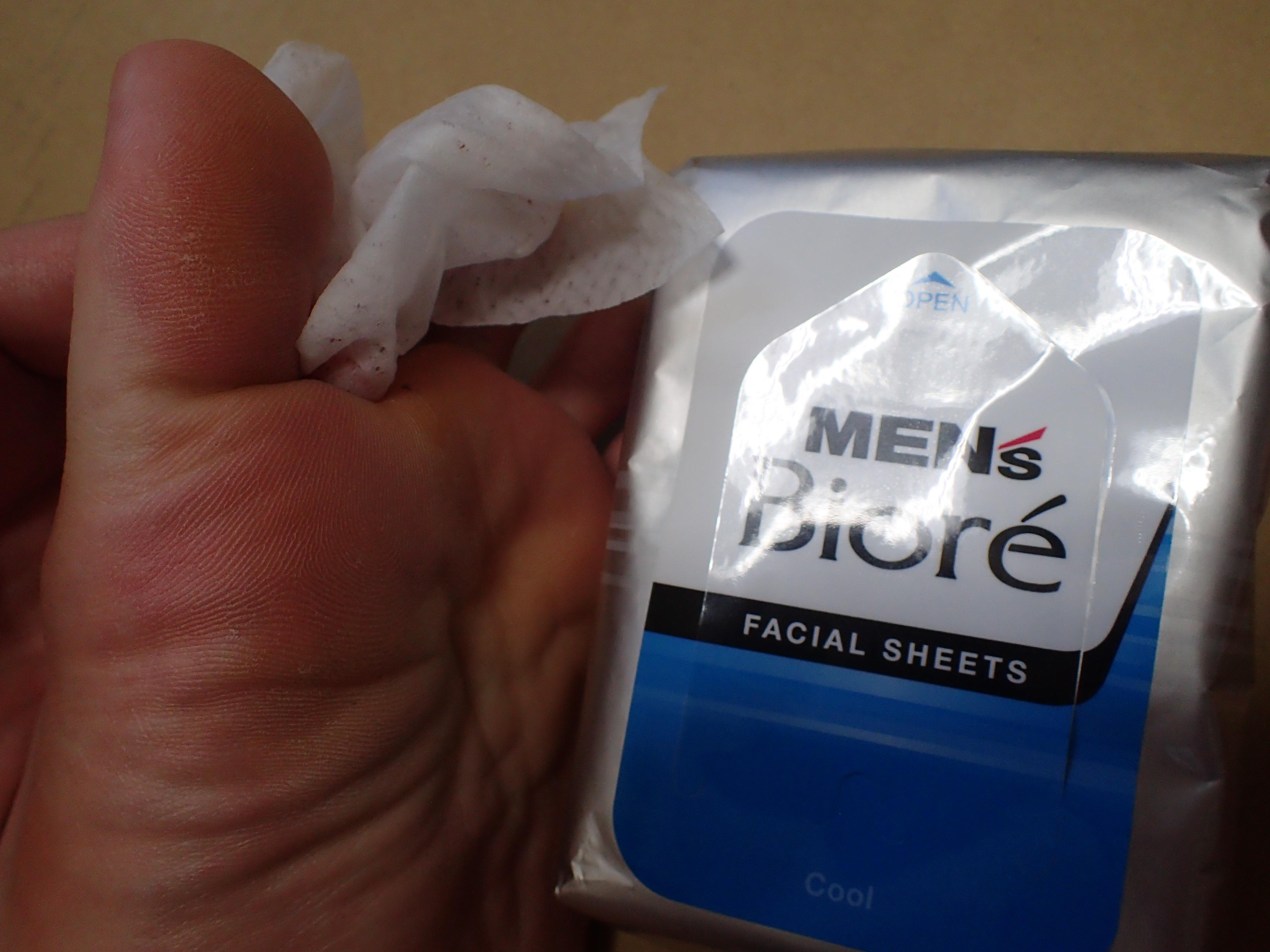足の裏、指の間まで丁寧に汗やヨゴレを拭き取る
