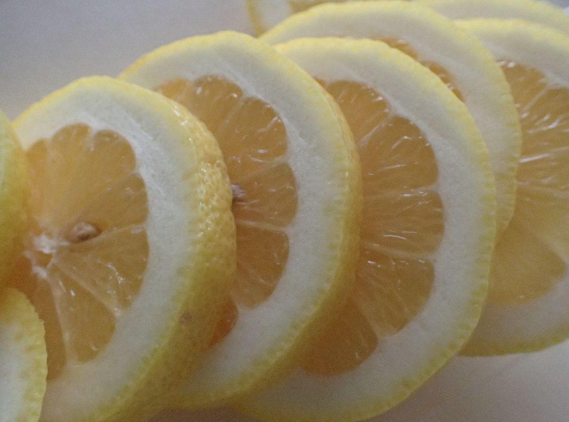 レモンを輪切りにスライスした